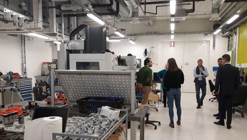 SAMKARIT Osa kv. vieraista tutustumiskierroksella konetekniikan laboratoriotiloissa.