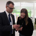 SAMKARIT Viimeiseksi työkseen Jari ja Johanna tarkistivat henkilöstölle lähetettävän YT-toimikunnan esityksestä kertovan viestin.