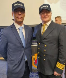 Rehtori Jari Multisilta ja hankepäällikkö Heikki Koivisto (SAMK) SME Aisle -projektin väreissä.