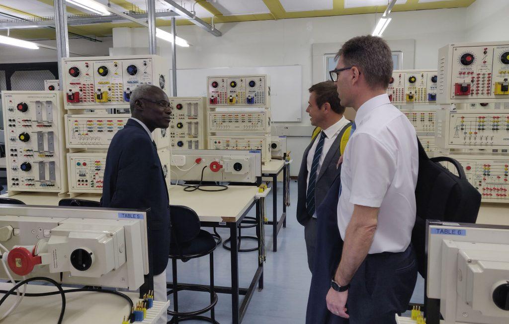 Namibian teknillisen yliopiston (NUST) dekaani Samuel John esitteli rehtorillemme kampusta ja sen luokkahuoneita.
