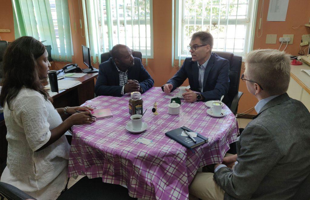 Martti Ahtisaaren koulussa keskusteltiin suomalaisen koulutuksen menestystekijöistä sekä mahdollisista yhteistyön muodoista. Kahvipöydässä.