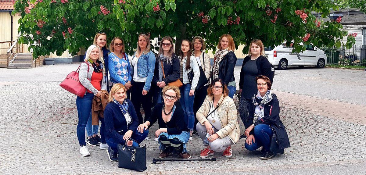 Ryhmäkuva iloisesta matkaseurueesta